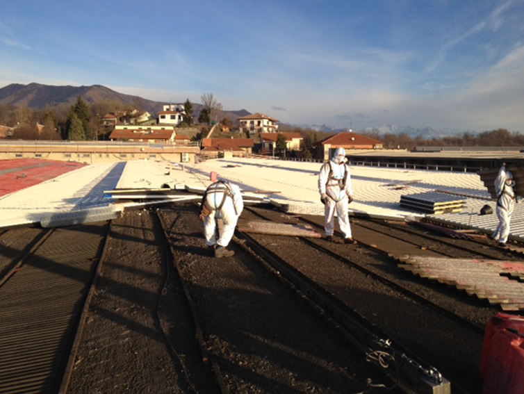 Addetti ai lavori durante la rimozione eternit amianto a Nichelino Torino